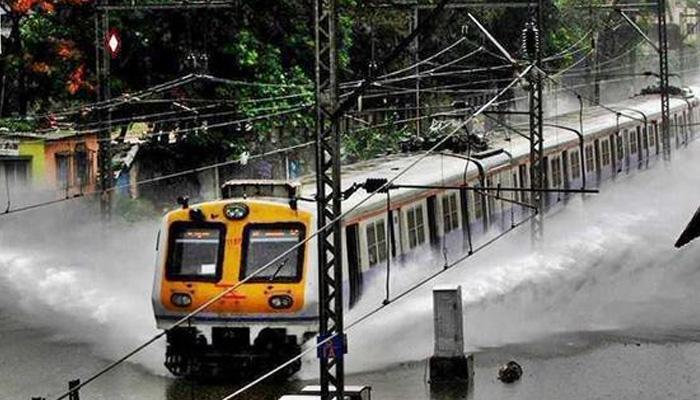 मुंबई, आसपास के इलाकों में भारी बारिश, देरी से चल रही हैं लोकल ट्रेनें