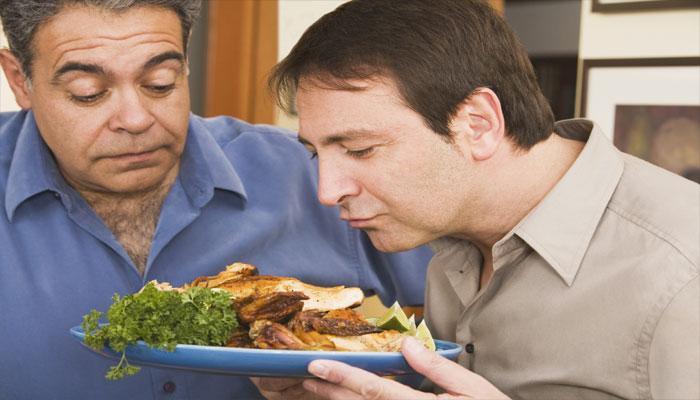 प्लास्टिक के बर्तनों में खाने-पीने से पुरुषों को हो सकती हैं गंभीर बीमारियां