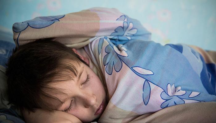 अगर आपका बच्चा भी नींद में दांत पीसता है तो हो सकता है कि उसे धमकाया जा रहा है: रिपोर्ट