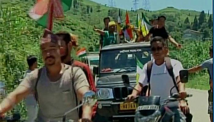 गोरखालैंड: दार्जिलिंग की पहाड़ियों में पुलिस पर आंदोलनकारियों ने किया पथराव, पेट्रोल बम भी फेंके