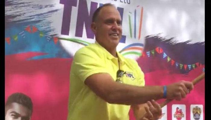 VIDEO: अरे ये क्या! दुनिया का धाकड़ बल्लेबाज लुंगी पहन कर रहा है तलवारबाजी