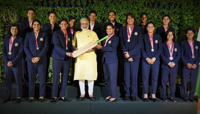 महिला क्रिकेट टीम से मिले पीएम मोदी, कहा- आपकी हार को 125 करोड़ भारतीयों ने अपने कंधों पर उठा लिया है