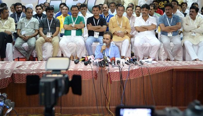 बेंगलुरु में कांग्रेस ने कराई अपने 44 विधायकों की परेड, भाजपा पर लगाया ₹15 करोड़ में खरीदने का आरोप