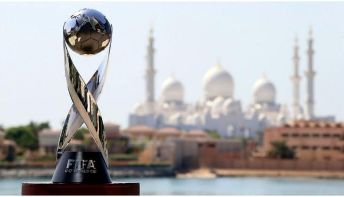 फीफा अंडर-17 विश्व कप ट्रॉफी देखने इंडिया गेट पर उमड़ा जन सैलाब