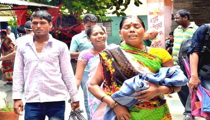 गोरखपुर में बच्चों की मौत: बड़ों को बख्शा, छोटों पर कार्रवाई, यही है न्याय!