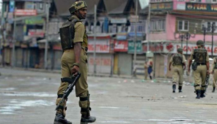 जम्मू कश्मीर: कुलगाम में पुलिस गाड़ी पर आतंकी हमला, ड्राइवर की मौत