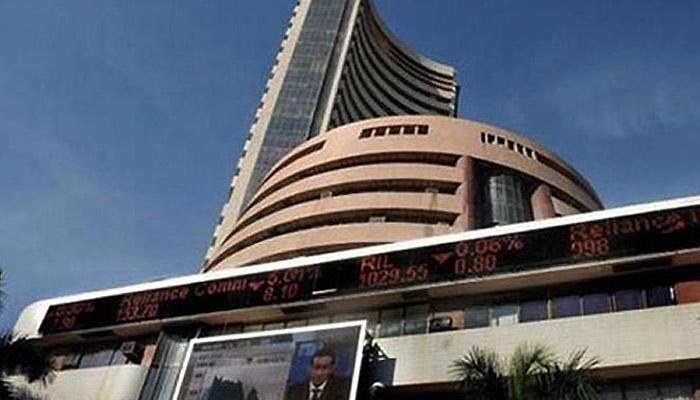 शेयर बाजारों के शुरुआती कारोबार में गिरावट, रुपया 15 पैसा कमजोर