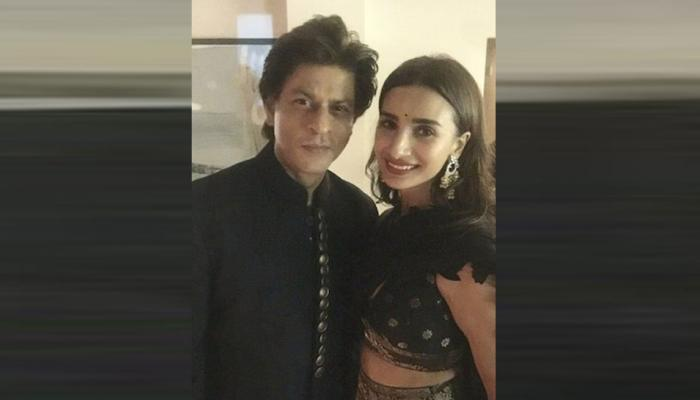 शाहरुख खान के सामने बच्चों की तरह शर्माई यह एक्ट्रेस, देखें PIC