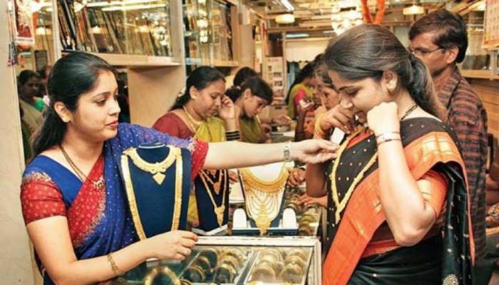 सोने की चमक पड़ी फीकी, चांदी में 100 रुपए की गिरावट