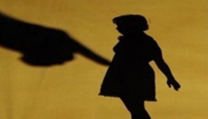 10 साल की बच्ची के साथ गैंगरेप करने वाले तीन आरोपियों को लोगों ने पीटा