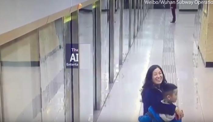 VIDEO: मेट्रो स्टेशन पर बिछड़ेे मां-बेटा, ऐसे बन गए सोशल मीडिया स्टार