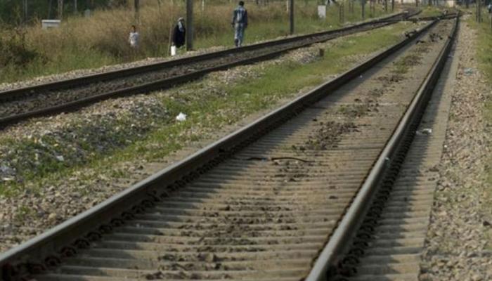 अमेठी : मानवरहित रेलवे क्रॉसिंग पर ट्रेन से बोलेरो जीप की भिड़ंत, चार की मौत