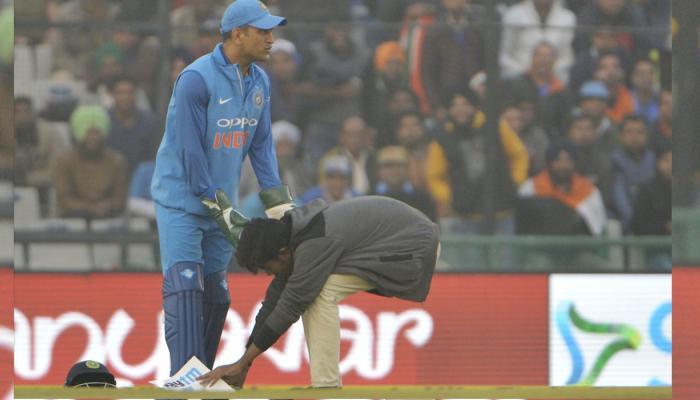 मिलिए क्रिकेट के नए 'भगवान' से, मोहाली में धोनी के लिए फैंस ने की ये हरकत