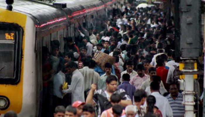 लंबी लाइन से छुटकारा दिलाएगी नई योजना, फोन से बुक होगा लोकल ट्रेन टिकट