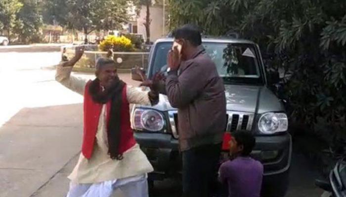 VIDEO: गाड़ी से नेम प्लेट उतरवा रहे अधिकारी की BJP नेता ने की पिटाई