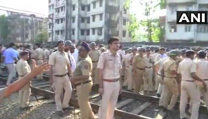 मुंबई: आंदोलनकारी छात्रों के पथराव में 11 पुलिसकर्मी घायल, दो गिरफ्तार