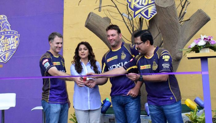 IPL 2018 : Preity Zinta kept on giving magical hug, Juhi chawla wins hearts in Eden Gardens