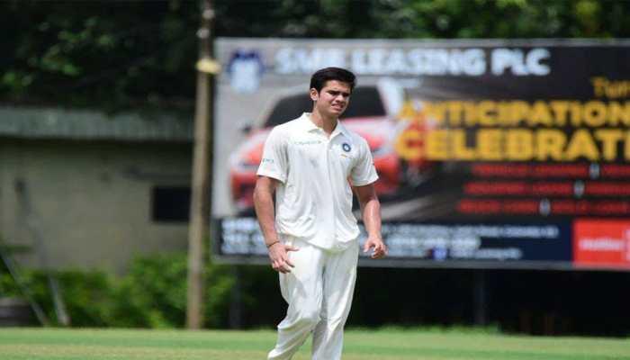 अर्जुन तेंदुलकर ने इंटरनेशनल क्रिकेट में लिया पहला विकेट, फैन्स सचिन को दे रहे बधाई