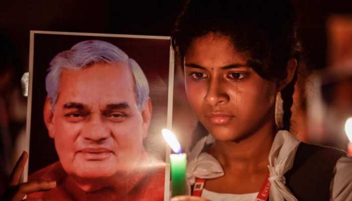 7 photos carrying emotions of Indian paying tribute to Atal Bihari Vajpayees death India