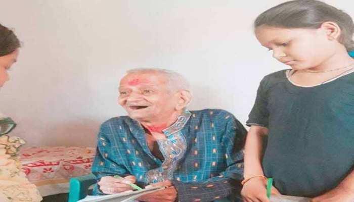 छत्तीसगढ़: रिटायर्ड शिक्षक की अनोखी दास्तां, 82 साल की उम्र में दे रहे हैं नि:शुल्क शिक्षा