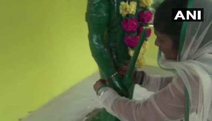 दंतेवाड़ाः शहादत के बाद भाई की प्रतिमा को राखी बांधकर रक्षाबंधन मनाती है बहन