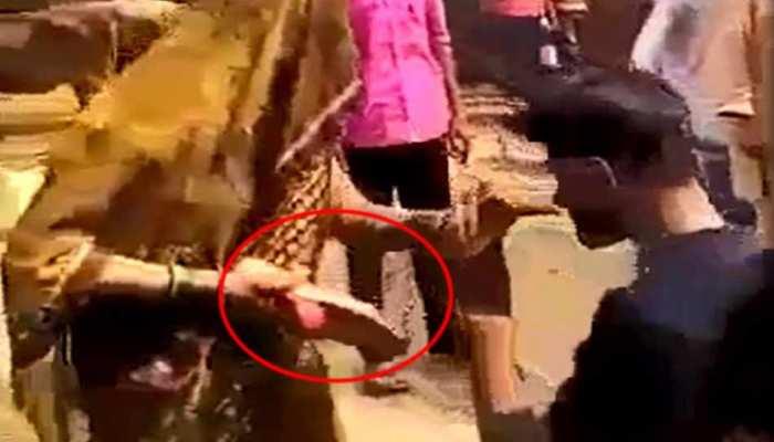 VIDEO: फोन करके महिला से करते थे गंदी बात, भरी पंचायत में मनचलों को चप्पल से पीटा