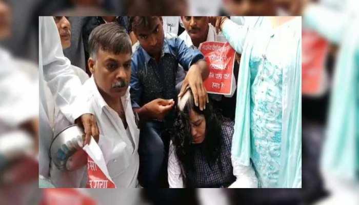 महिला टीचर्स समेत शिक्षकों ने सिर मुंडवाकर किया प्रदर्शन, कहा- सरकार दे रही है 'भीख'