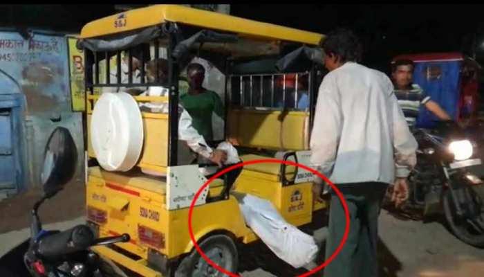शर्मसार...नहीं आई एंबुलेंस, पोस्टमार्टम के लिए रिक्शे पर लेकर पहुंचे शव, जांच के आदेश