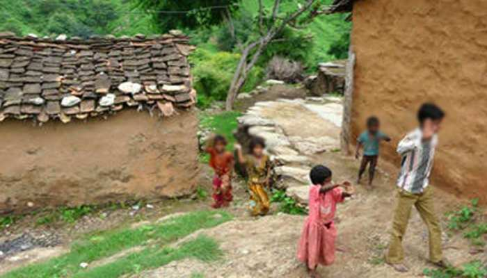 उम्र से पहले बूढ़ा हुआ राजस्थान का यह गांव, पेंशन के लिए मां 86 की बेटा हुआ 70 का