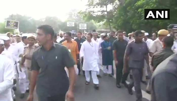 Congress protest against the rise in oil prices, see effect in pictures