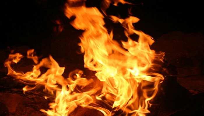उज्जैनः महिला ने पेट्रोल डालकर खुद को लगाई आग, CCTV में कैद हुआ वीडियो