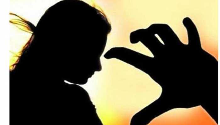 शर्मनाक: बेखौफ दबंगों ने नाबालिग दुष्कर्म पीड़िता को सरेराह पीटा, तमाशा देखती रहीं महिलाएं
