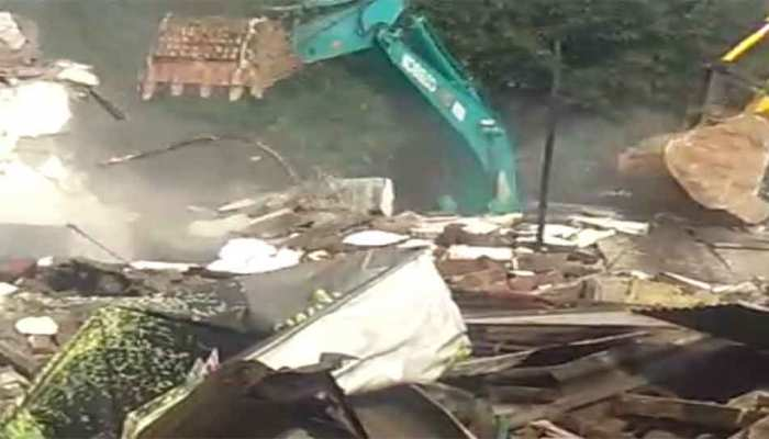 Dehradun: Government bulldozers run on illegal encroachment, showing fury in shopkeepers