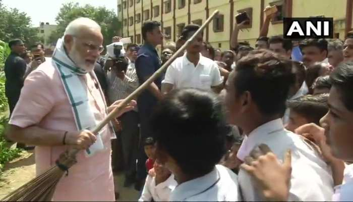 PICS: PM Modi raised the message of cleanliness in school.