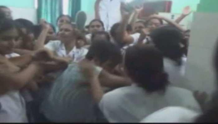 कटिहारः छात्र एएनएम से छेड़छाड़ के आरोप में डॉक्टर की हुई धुनाई