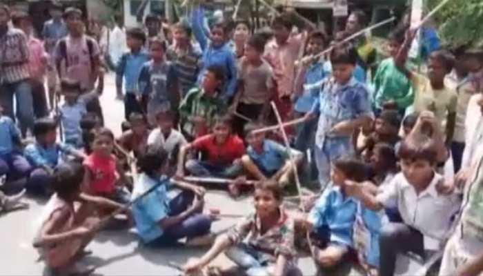 बिहारः मिड डे मिल में रोज-रोज गड़बड़ी से भड़के छात्र, शिक्षकों को बंधक बना किया NH जाम