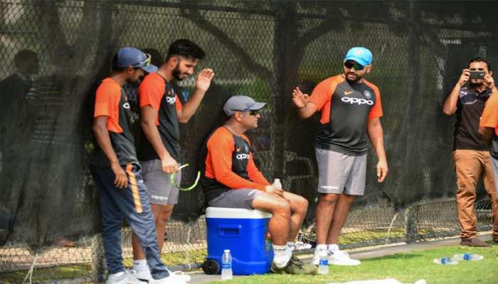 विराट कोहली और रवि शास्त्री की गैरमौजूदगी में धोनी करवा रहे टीम को प्रैक्टिस