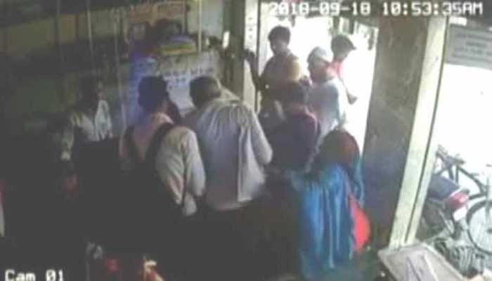 हापुड़: दो महिलाओं ने बुजुर्ग के झोले से उठाए 2 लाख रुपये, CCTV में कैद हुई वारदात