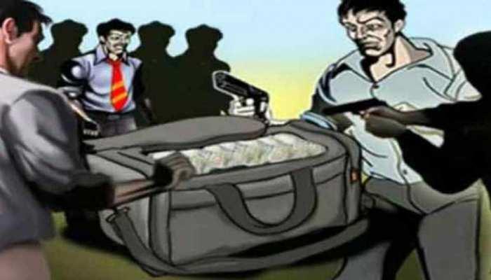 CM योगी की नगरी में बदमाशों का आतंक, दिन-दहाड़े 8 लाख की लूट