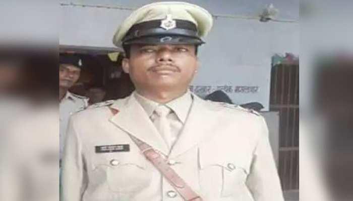 बिहारः जब्त शराब बेच रहे थे थानेदार, एसपी ने रंगे हाथों पकड़ा