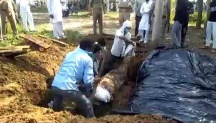 मुजफ्फरनगर: कोर्ट के आदेश के बाद 6 महीने बाद क्रब से निकाला शव