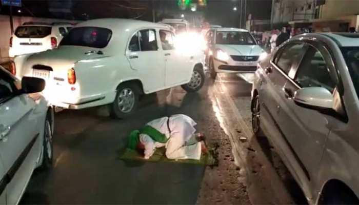 सड़क पर नमाज पढ़ने पर बोले देवबंदी उलेमा, 'किसी का रास्ता रोकर नमाज पढ़ना गलत'