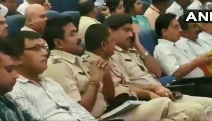 VIDEO: दुर्गा पूजा के मद्देनजर चल रही थी अहम बैठक, कई अधिकारी ले रहे थे खर्राटे