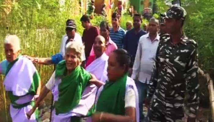 नवरात्र : जमशेदपुर में CRPF जवानों ने कुष्ठ रोगियों को करवाई परिक्रमा पूजा