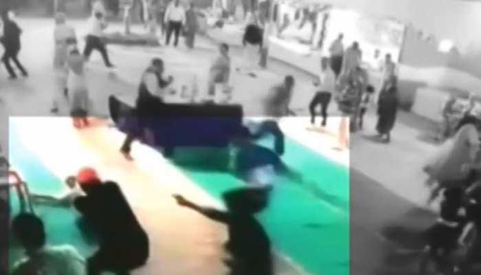 VIDEO : इलाहाबाद के दुर्गा पंडाल में हुआ मर्डर, हिस्ट्रीशीटर को गोलियों से भूना और हो गए फरार