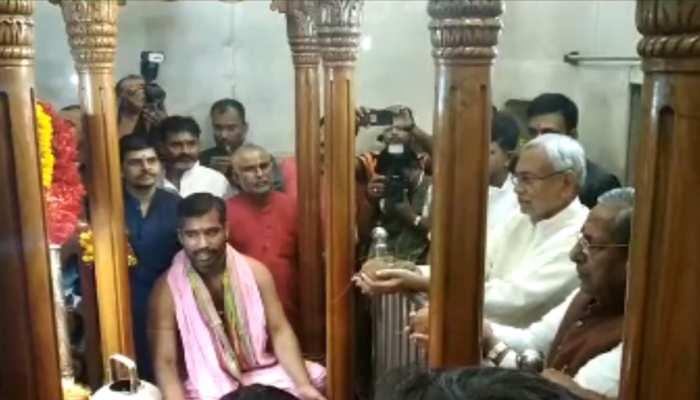नवरात्र : नीतीश कुमार ने की पटन देवी मंदिर में पूजा-अर्चना, लोगों को दी शुभकामनाएं