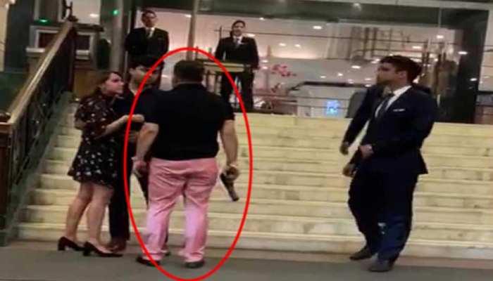 दिल्ली: होटल में रिवॉल्वर के दम पर बवाल करने वाले आरोपी आशीष पाण्डेय ने कोर्ट में किया सरेंडर