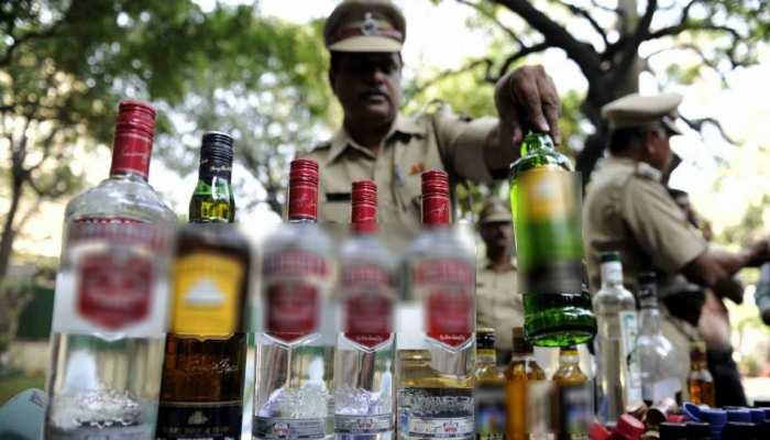 शराब लेकर भाग रहा युवक हुआ दुर्घटनाग्रस्त, पुलिस ने कराया अस्पताल में भर्ती