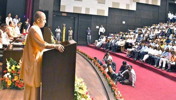 CM योगी बोले, 'सम्मानजनक जीवन जीने में विज्ञान की भूमिका अहम'