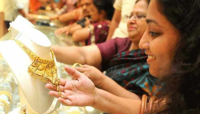 बिहार: धनतेरस हर तरफ दिख रही चहल पहल, बाजार में खरीददारी के लिए भीड़